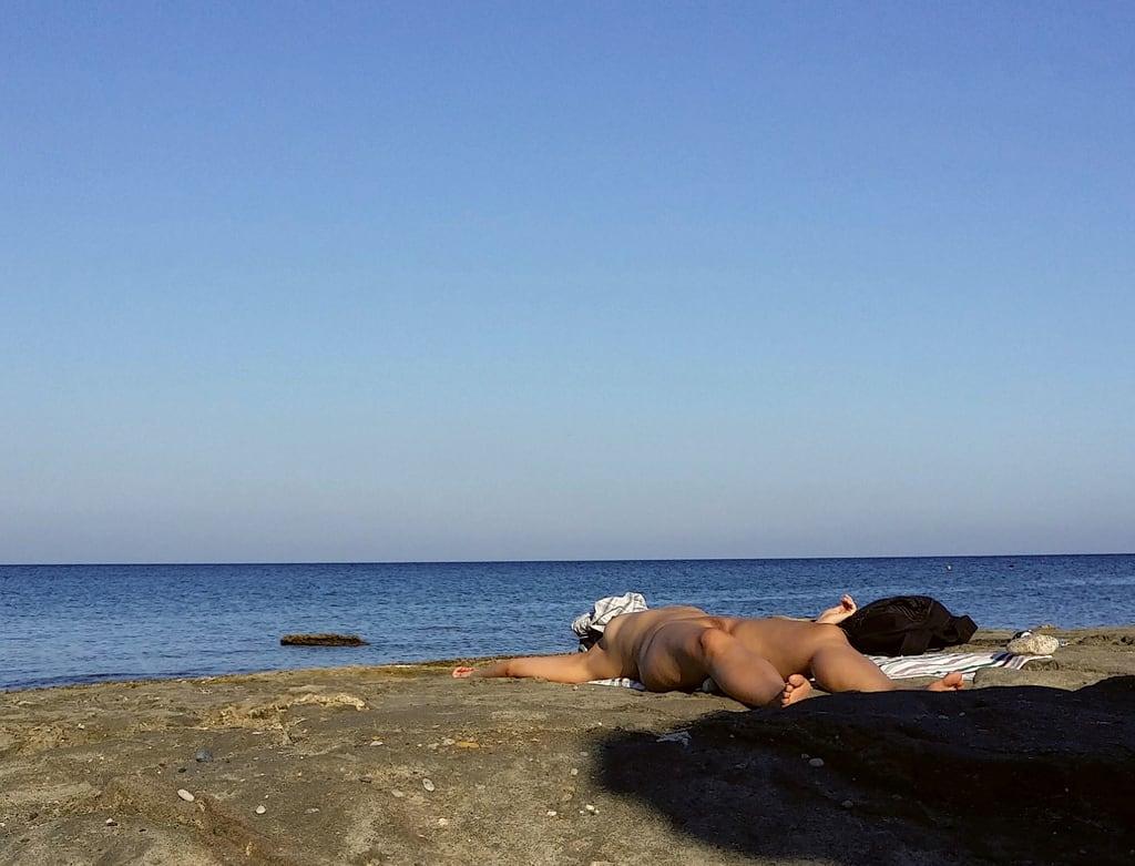 תמונה של Faliraki Beach (Παραλία Φαληρακίου) Mantomata beach. beach girl beauty naked nude greece nudist rhodes fkk nudismo desnudo faliraki naturista nudista mandomata mandomatabeach