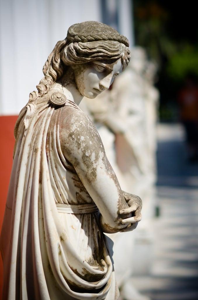 Immagine di Achilleion Palace. woman statue greek arms pentax god f14 85mm palace greece corfu kerkyra sisi k5 crossed 4k achilleion guarded gastouri rokinon ελλαδα κέρκυρα αχίλλειο
