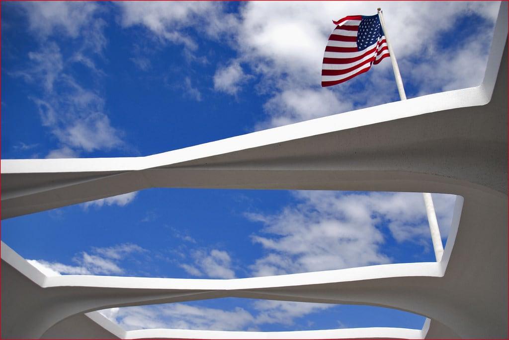 Image de USS Arizona près de 'Aiea. usflag ussarizona ussarizonamemorial oahuhi hawaiihi roncogswell pearlharborhi usflagovertheussarizonamemorialpearlharborhi ussarizonamemorialhi pearlharboroahuhi
