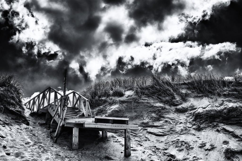 Playa de Valdearenas görüntü. bridge sky bw abandoned beach clouds 35mm puente blackwhite sand exterior outdoor dune playa paisaje trampoline arena cielo nubes otoño decline cantabria dunas orilla hierba abandonado trampolin airelibre liencres declay
