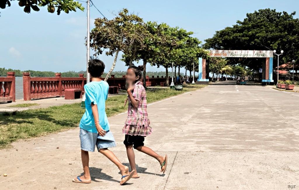 Bild av Bantayan Park. road park city boy girl crossing philippines running bantayan bago