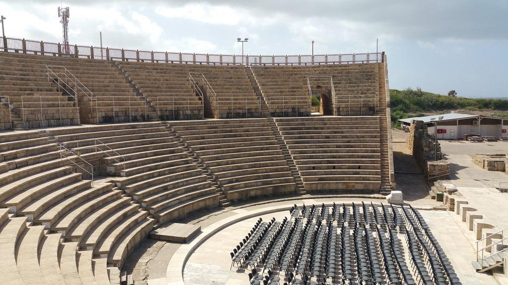 תמונה של אמפיתאטרון קיסריה. israel caesarea
