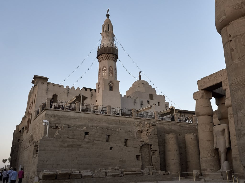 Изображение на Luxor Temple. templo temple luxor mezquita mosque minarete sky architecture egypt egipto tebas yusefabuelhaggag ancient mediooriente orientepróximo middleeast panasonic lumix gh3 edgardoolivera microfourthirds microcuatrotercios