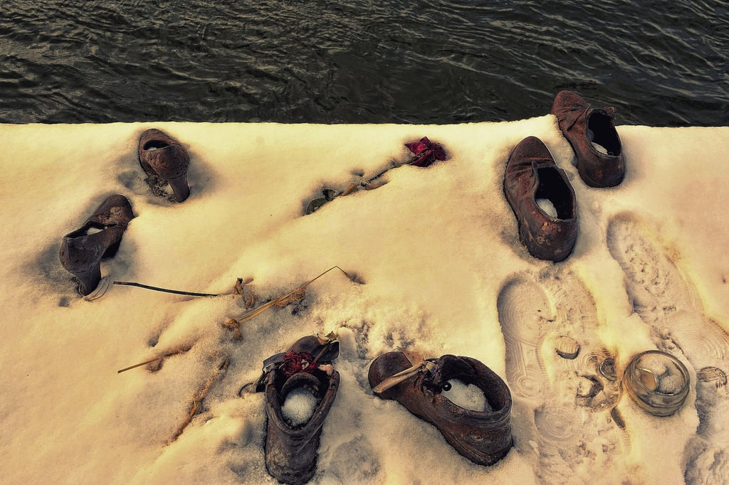 Bilde av Shoes on the Danube Bank. idantalljózsefrkp budapest hungary pest danuberiver cantogay gyulapauer memorial urban shoes iron sculpture nikon d5200 1855mm winter cold freeze freezing water flower candle snow snowing footprints holocaust glass jar