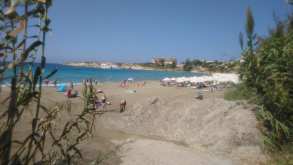 Imagen de Coral Bay. mesesettembre spiaggia sabbia persone gente mare cielo paphos cipro edifici natura