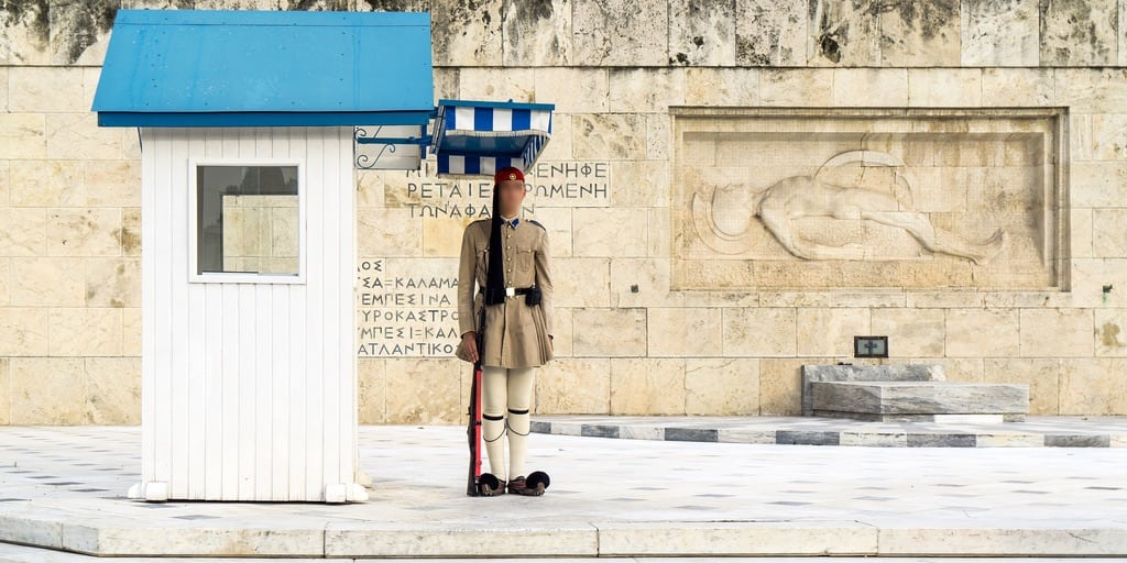 Tomb of Unknown Soldier görüntü. 2018 αθήνα city tomb eu europa greece ελλάδα man soldier πλατείασυντάγματοσ guard athens monument square wall palace capital centro tradition attica day gedenkstätte europe people street uniform canopy blue baldachin βουλή government parliament