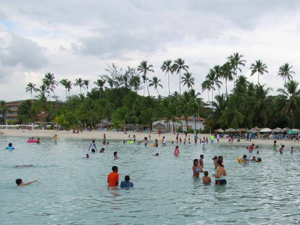Imagen de Boca Chica Playa con una longitud de 925 metros. beaches santodomingo dominicanrepublic bocachica