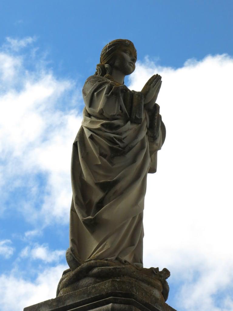Obrázek Monasterio San Juan de los Reyes. toledo spain españa statue girl girlstatue statueofagirl praying monasterio monasteriodesanjuandelosreyes sanjuandelosreyes sanjuan