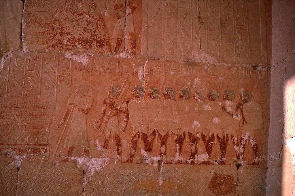 Изображение на Deir el-Bahari. luxor egypt deirelbahari hatshepsut temple soldiers
