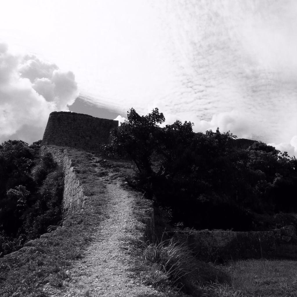 Billede af Katsuren-gusuku. sea bw green castle stone geotagged ruin okinawa katsuren gusuku geo:lat=26330335 geo:lon=127878802