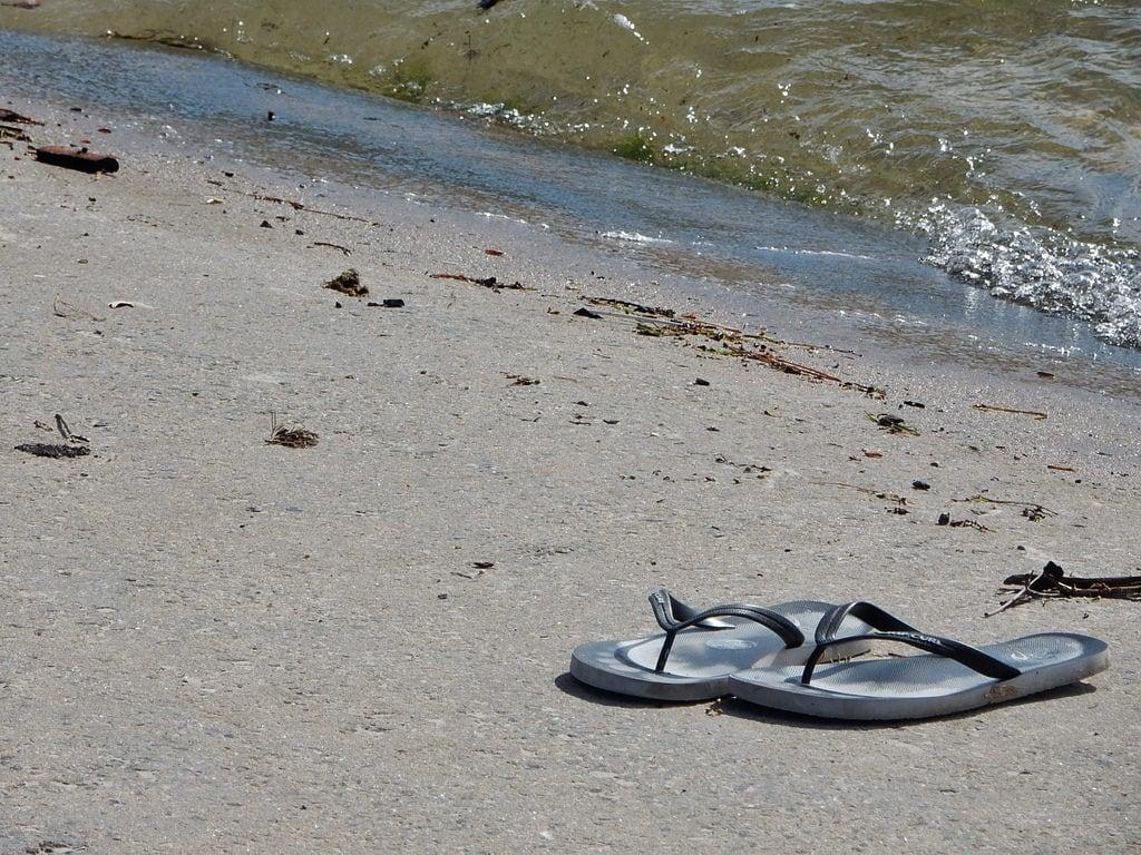 Obraz Plaża o długości 170 m. thongs pair sand edge beach westlakes