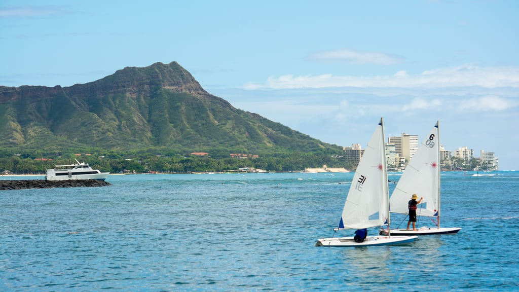 Duke Kahanamoku Lagoon Boardwalk 的形象. alamoanabeachpark diamondhead sailboat