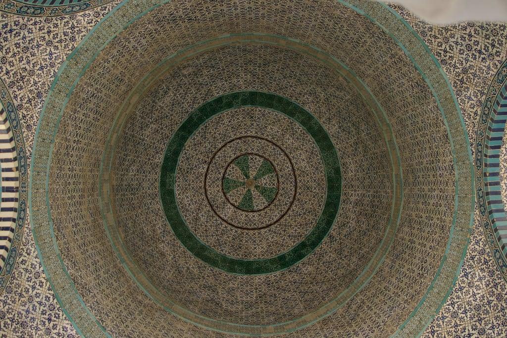 Изображение Купол Скалы вблизи Old City. israel jerusalem middleeast oldcity 2007 templemount harhabayit kipathasela aisa כיפתהסלע thedomeoftherock יְרוּשָׁלַיִם alharamalqudsialsharif القـُدْس oldcityofjerusalem دَوْلَةْإِسْرَائِيل thenoblesanctuary aisaminor מְדִינַתיִשְׂרָאֵל أورشليمالقدس مسجدقبةالصخرة masjidqubbatassakhrah kubbetüssahra mosqueofumar