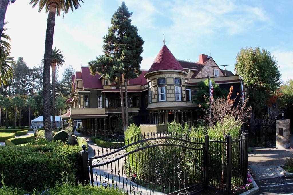 Imagen de Winchester Mystery House. mansion winchester gate haunted house hauntedhouse exterior garden landscape