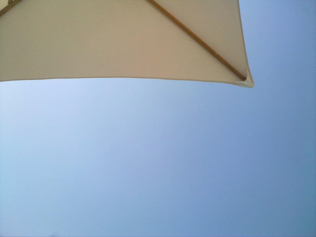 Надежная Бухта 海滩与 575 米的长度 的形象. beach umbrella skies dubaiholiday2010