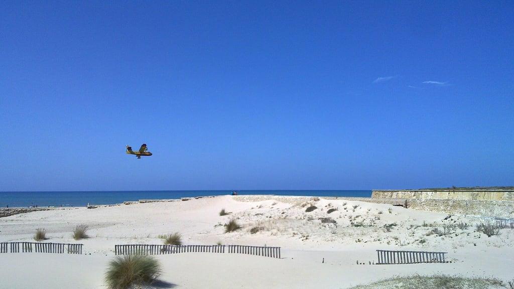 Playa de la Cortadura जवळ Cádiz की छवि. andalucia cadiz andalusia avión canadair waterplane hidroavión canadaircl215t