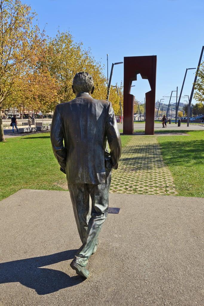 Immagine di Puerta de los Honorables. sculpture españa statue de la los spain puerta bilbao escultura tomas estatua solano basque vasco vizcaya ramón psoe fano cavia casto país socialista rubial honorables