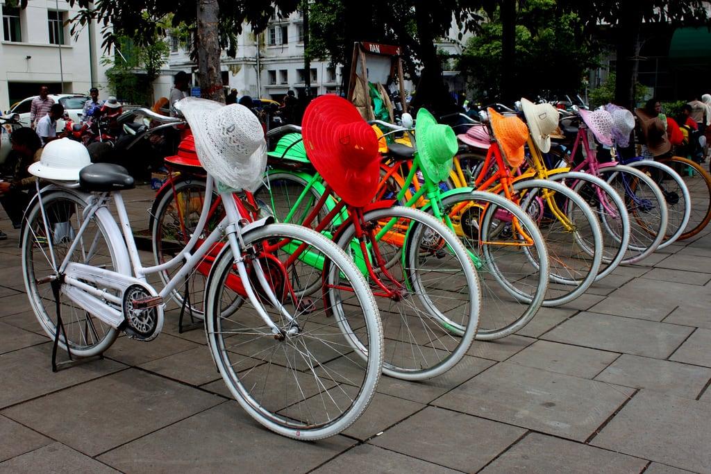 Εικόνα από Sunda Kelapa. old color hat bike bicycle indonesia town colorful vibrant colonial rental jakarta era batavia rent kelapa kota jkt tua sunda kotatua dki konomark